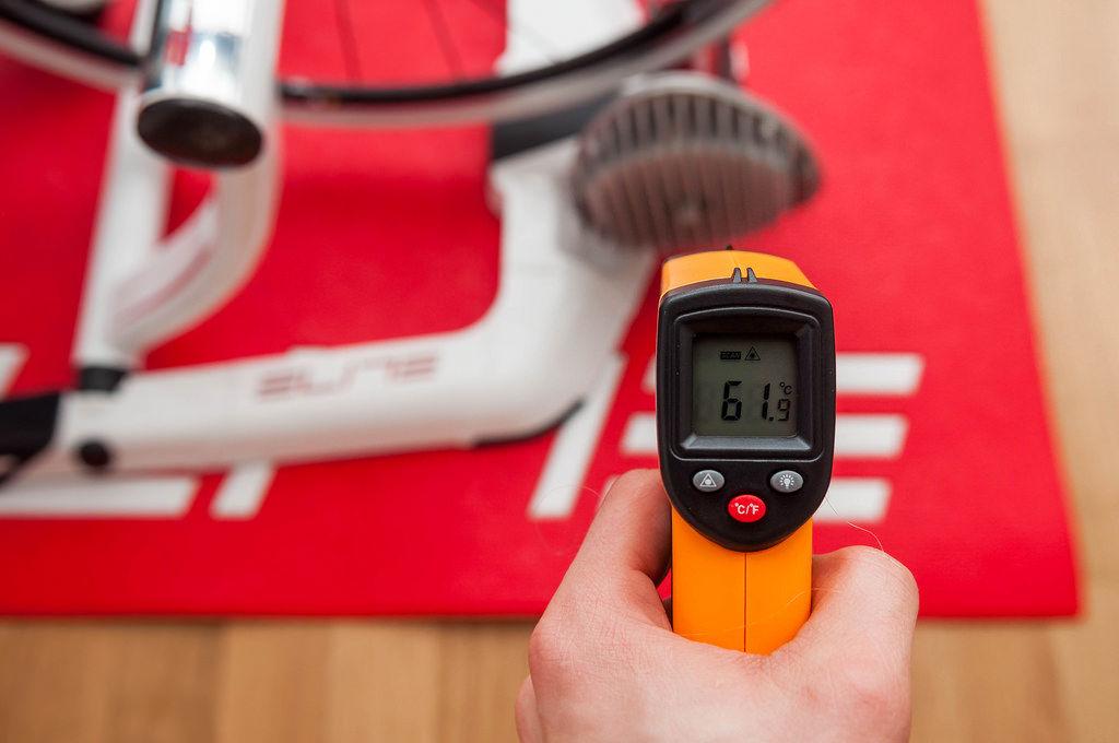 Laser-Thermometer misst Rennrad-Rolle