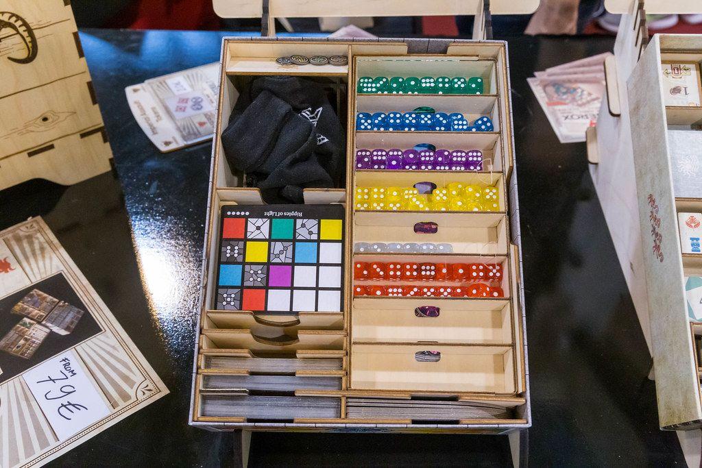 Laserox Sagrada Storage: Holzkasten gefüllt mit Spielmaterial