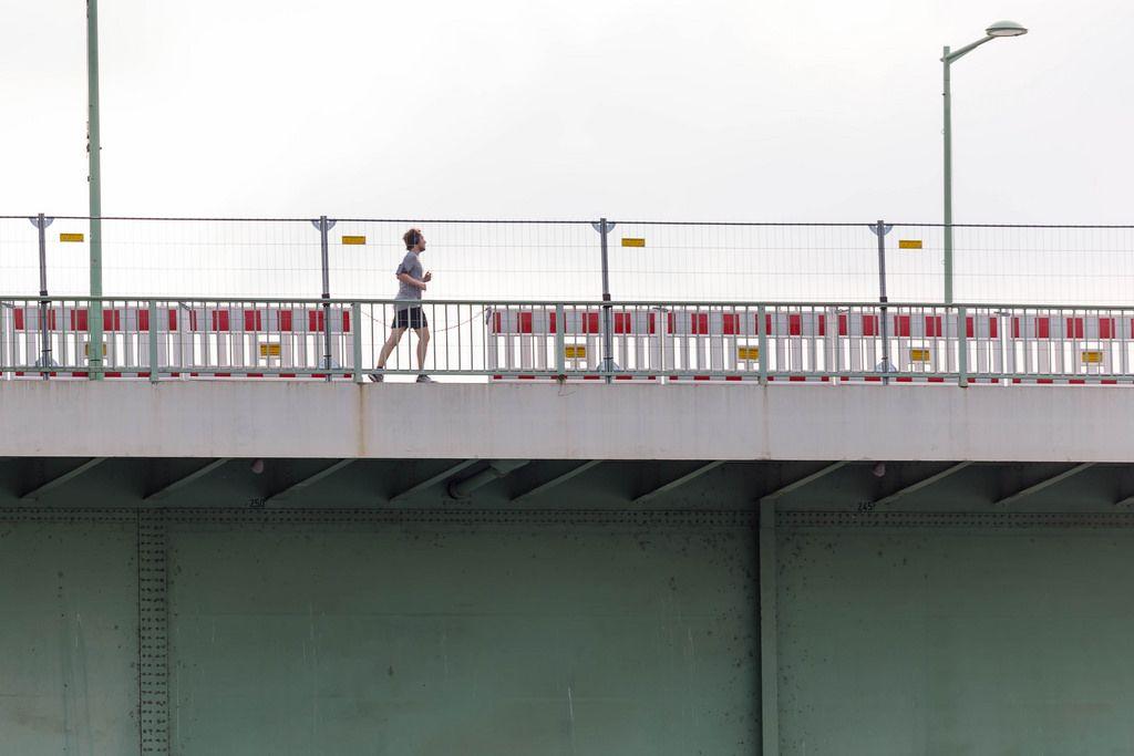 Läufer auf der Zoobrücke Köln