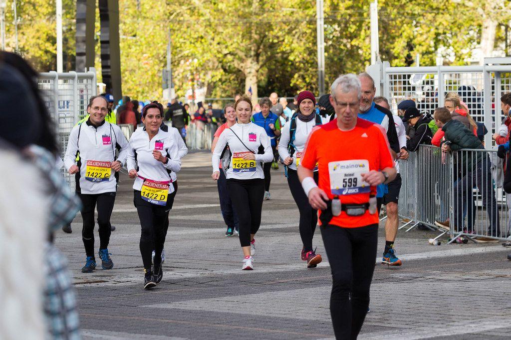 Läufer in schwarz-weißer Sportbekleidung - Frankfurt Marathon 2017