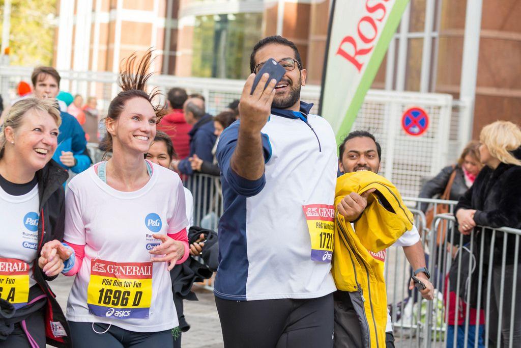 Läufer schießt ein Selfie - Frankfurt Marathon 2017
