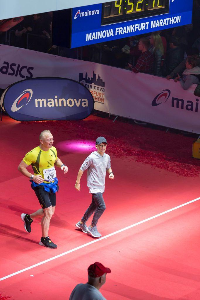 Läufer und ein Junge überqueren die Ziellinie - Frankfurt Marathon 2017