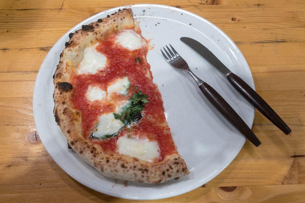 Leckere Margherita Pizza auf einem Teller mit Messer und Gabel im 485 Grad Restaurant in Köln
