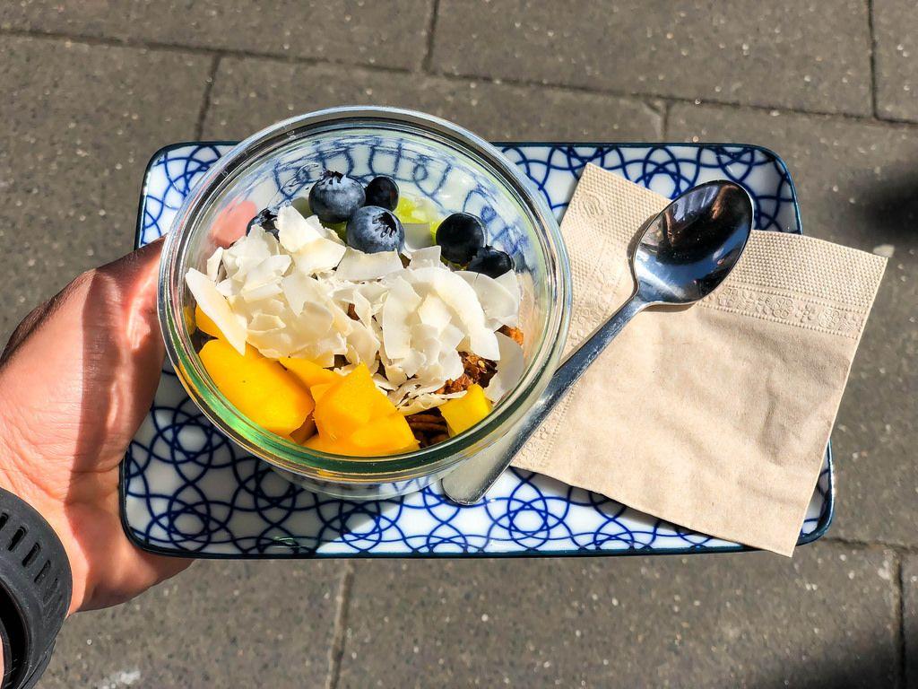 Leckerer Fruchtsalat: Mango, Blaubeeren, Kokoschips und Granola