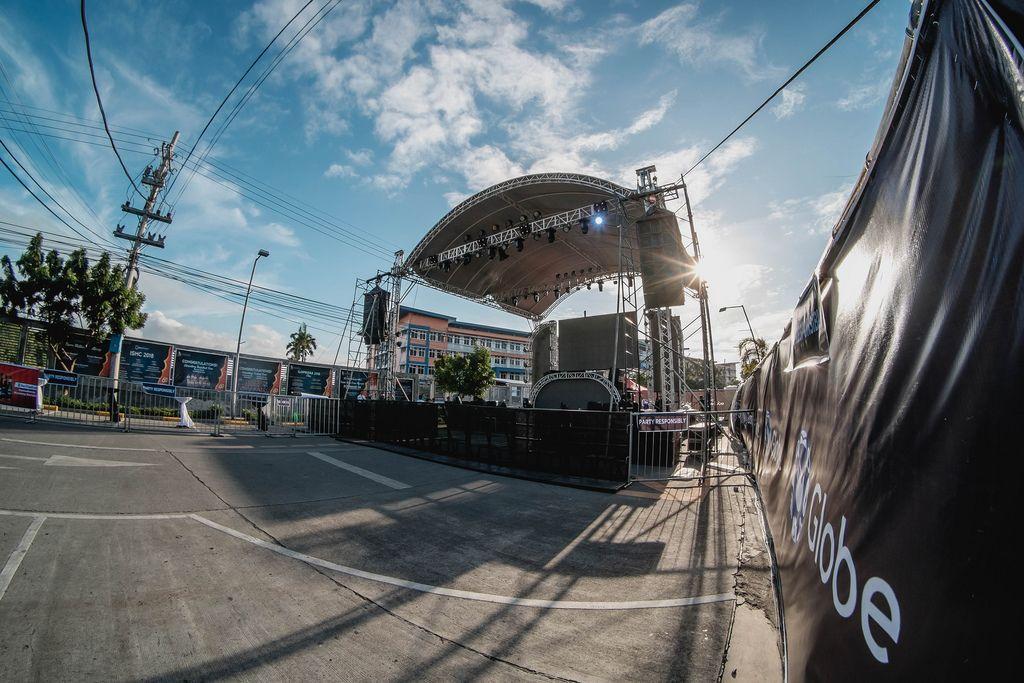 Leere Bühne ohne Menschen vor dem Start des Dinagyang Festival Philippinen