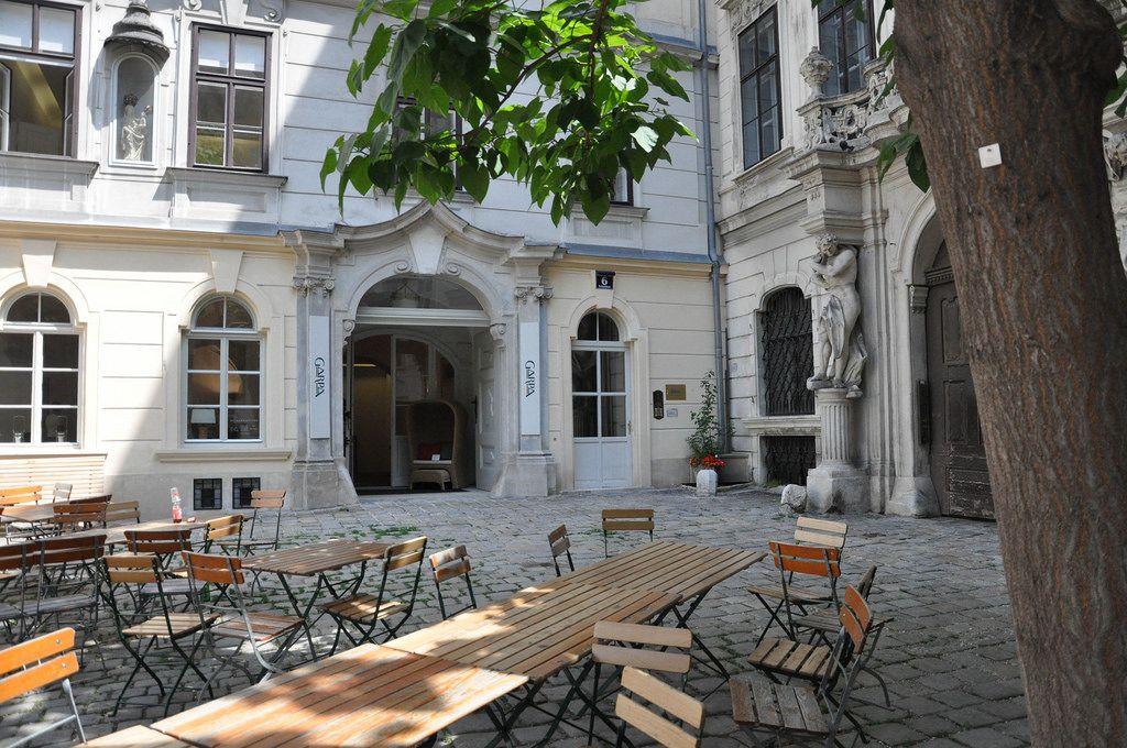 Leerer Biergarten in Wien