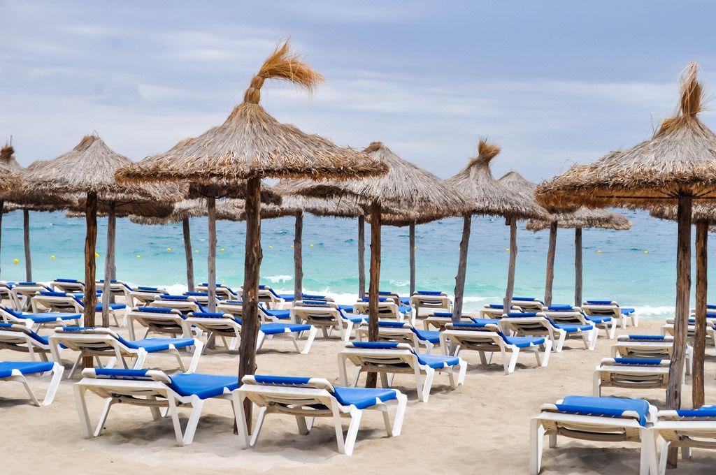 Leerer Strand mit Sonnenschirmen