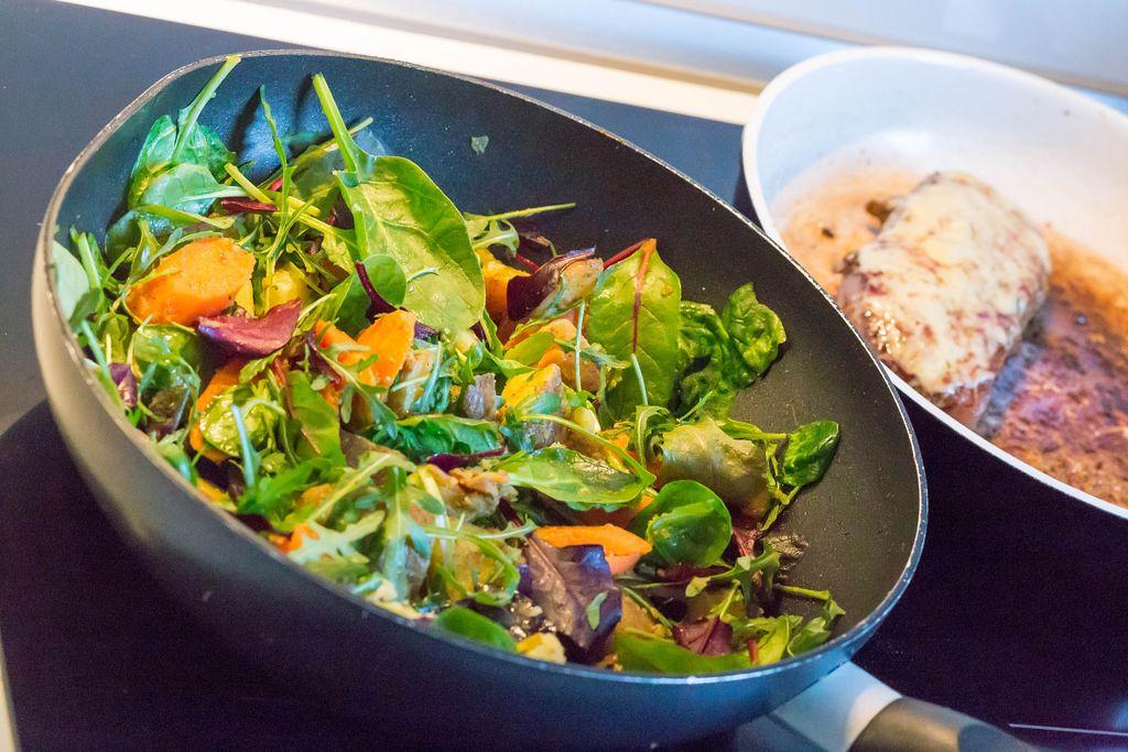 Leichte Kost: Rukola, Feldsalat, Blattsalat und Karotten