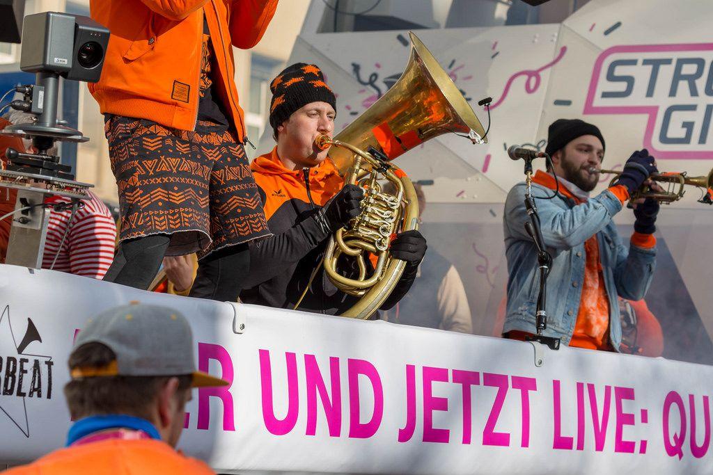Lenny Michaelis von Querbeat spielt seine Helikontuba auf dem Wagen von Street Gigs - Kölner Karneval 2018