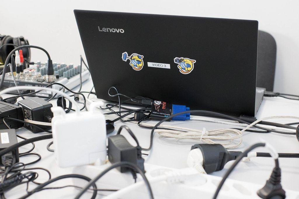 Lenovo Notebook und viele Kabel auf dem Tisch