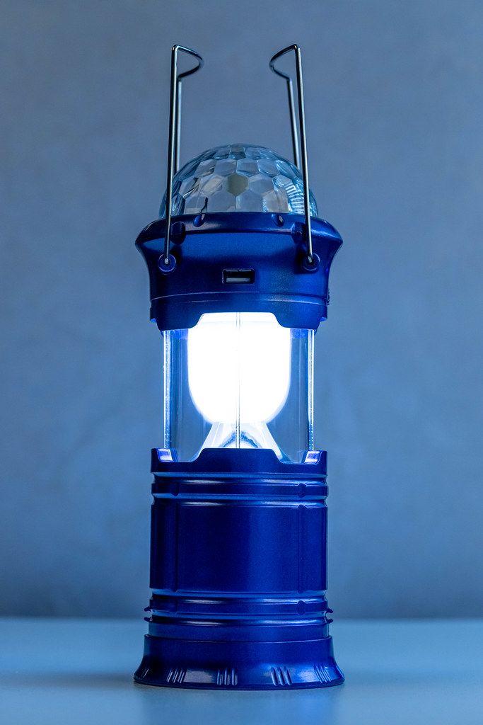 Leuchtende blaue USB-Laterne mit blauem Hintergrund