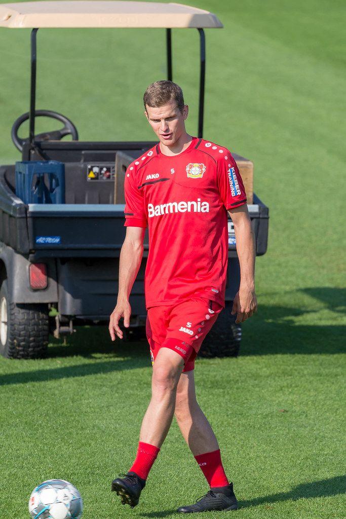 Leverkusen-Fußballspieler Sven Bender allein mit Fußball auf dem Trainingsgelände