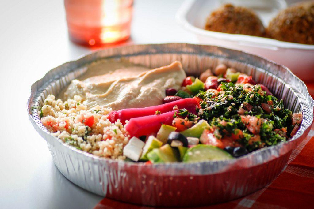 Libanesisches Gericht mit Humus, Fallafel, Couscous und Bohnen