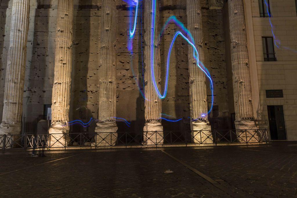 Lichtspiele auf einer Fassade eines historischen Gebäudes bei Nacht in Rom