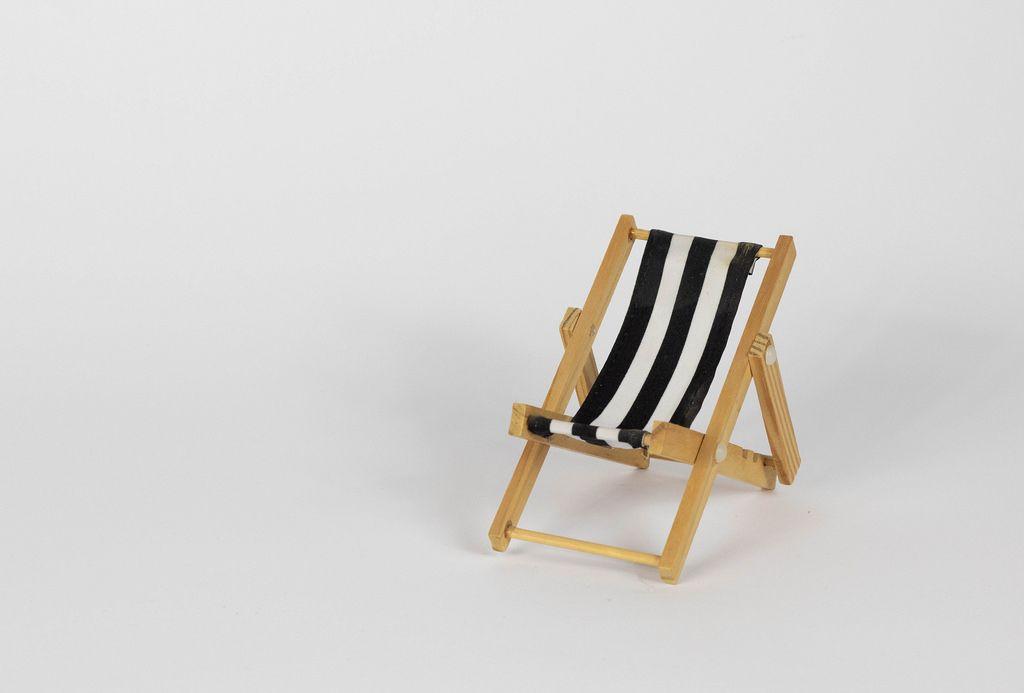 Liegestuhl mit Schwarzweißen Streifen