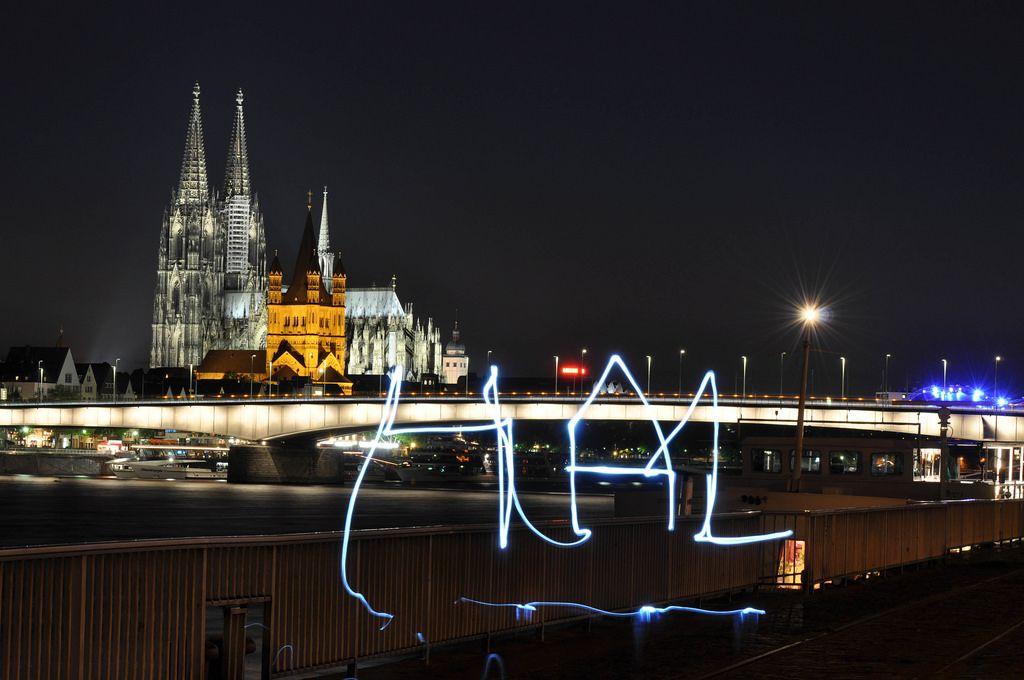 Lightpainting in Köln mit dem Kölner Dom im Hintergrund