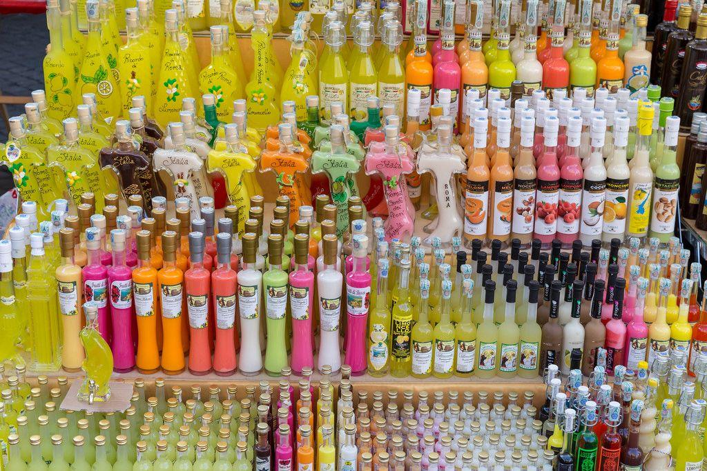 Limoncello - italienischer Fruchtlikör zum Verkauf auf dem Markt
