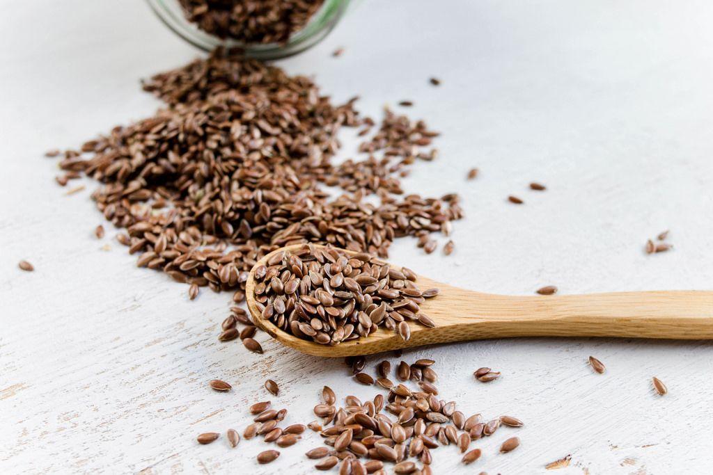 Linseed in wooden spoon (dt. Leinsamen)