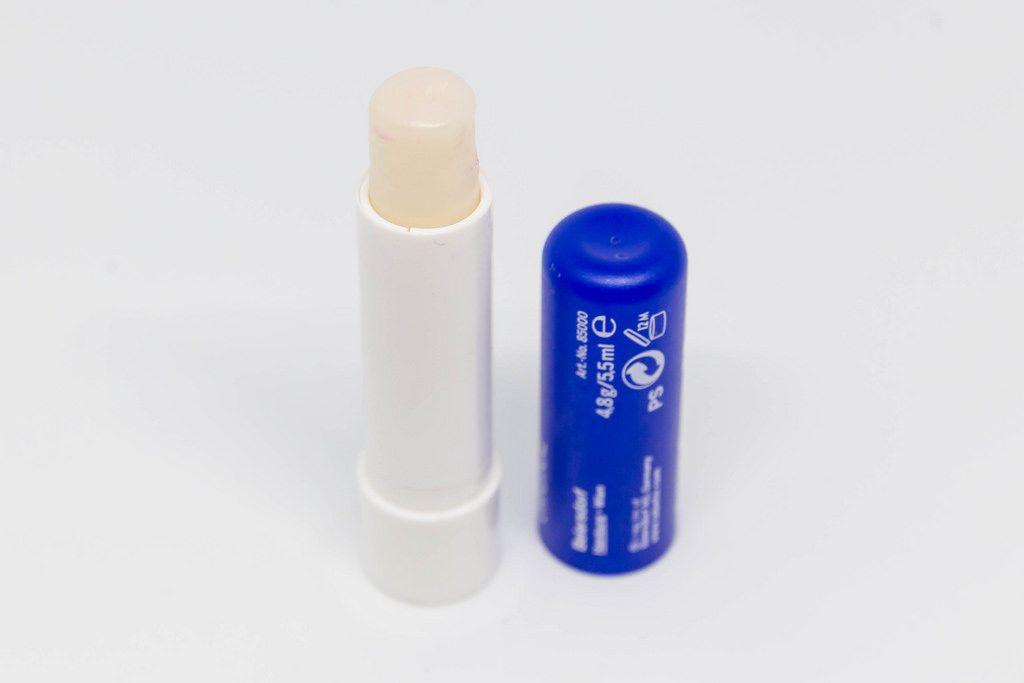 Lippenpflegestift vor weißem Hintergrund