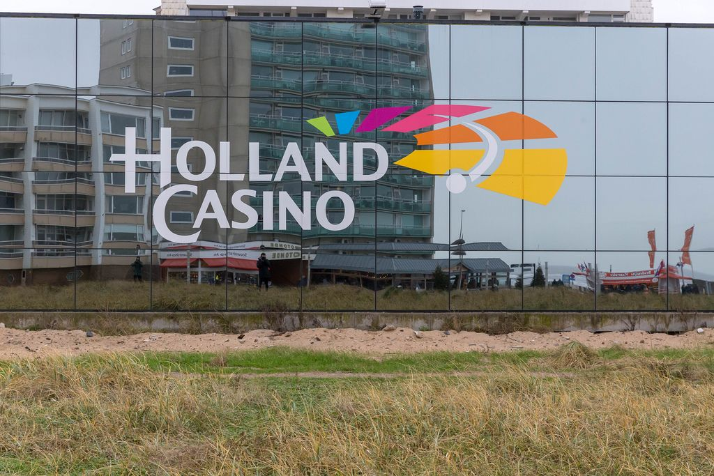logo des holland casinos auf der verglasten fassade mit spiegelung der umgebung bilder und. Black Bedroom Furniture Sets. Home Design Ideas