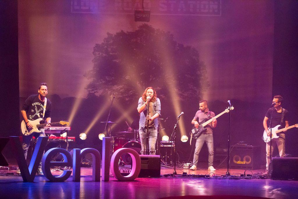 Lone Road Station & Laserforum auf der Bühne mit dem Venlo-Zeichen im Vordergrund - TEDxVenlo 2017