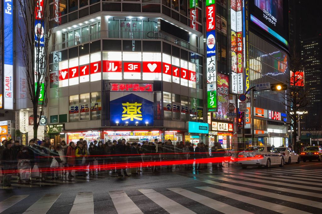 Long Exposure in Shinjuku: People waiting to cross the street
