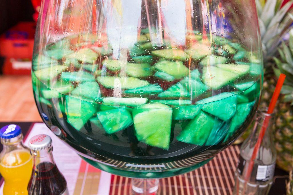 Lotus-Blüte: Reiswein, Blue Curacao und Ananas