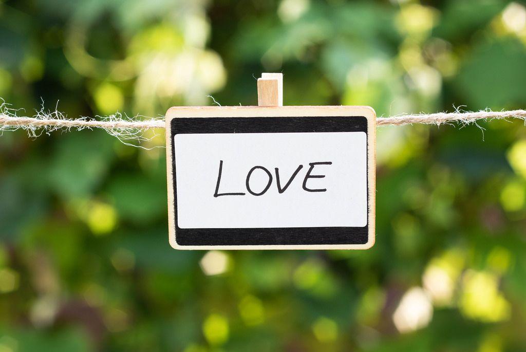 Love geschrieben auf einer weißen Tafel