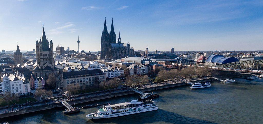 Lufbild: Kölner Altstadt, Dom und Anliegestelle mit Schiff