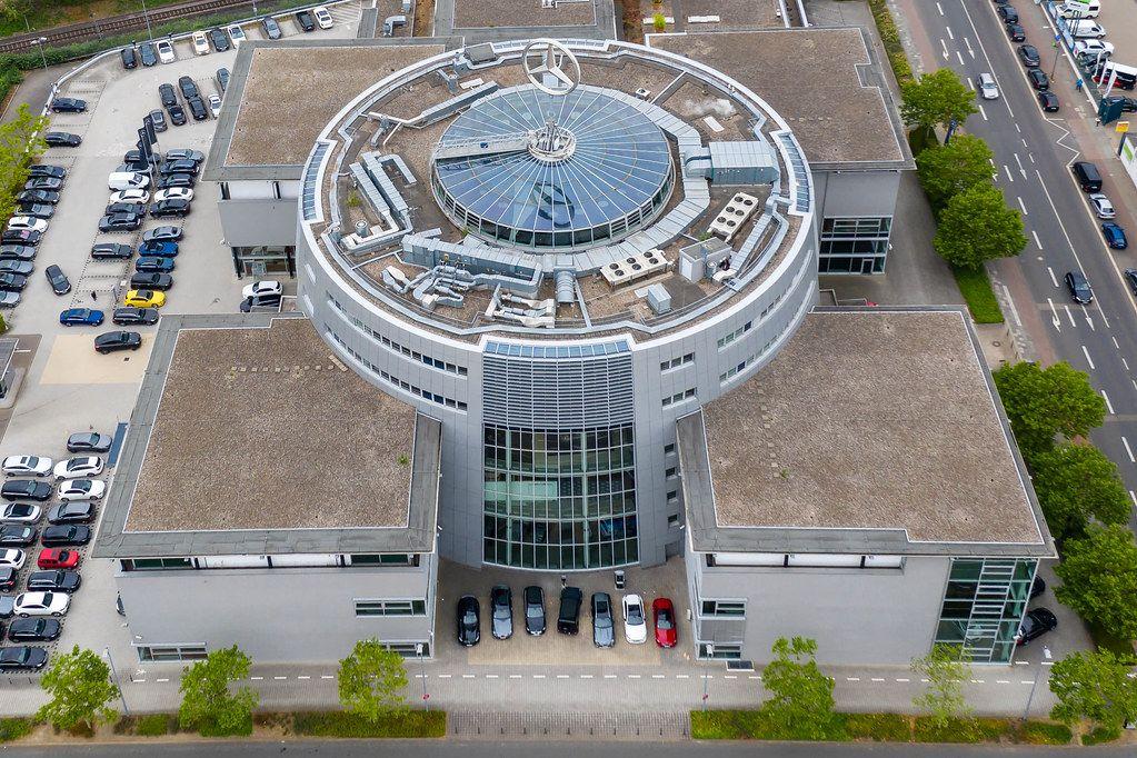 Luftaufnahme des Gebäudekomplex der Mercedes-Benz Niederlassung in Köln-Ehrenfeld, mit großem Mercedesstern auf dem runden Glasdach