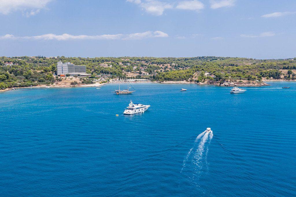 Luftaufnahme von Motorbooten und Luxusyachten auf dem blauen Meer, vor der Küste bei Kosta, Griechenland