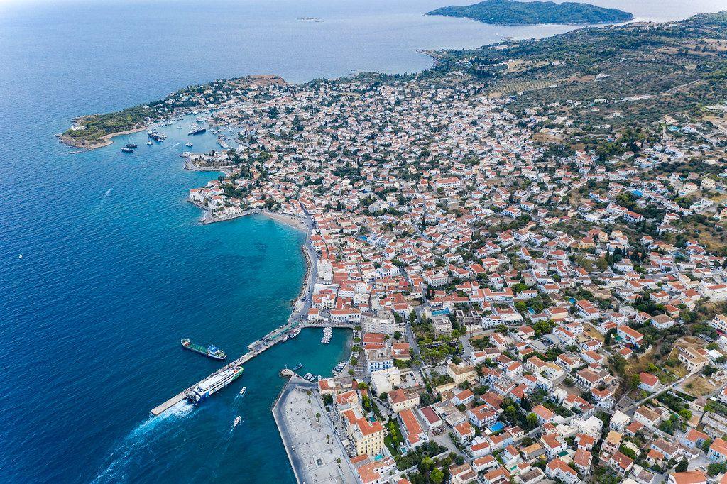 Luftaufnahme von venezianischen Villen am Küstenwegs vom Hafen bis Kouzounos auf Spetses, Griechenland