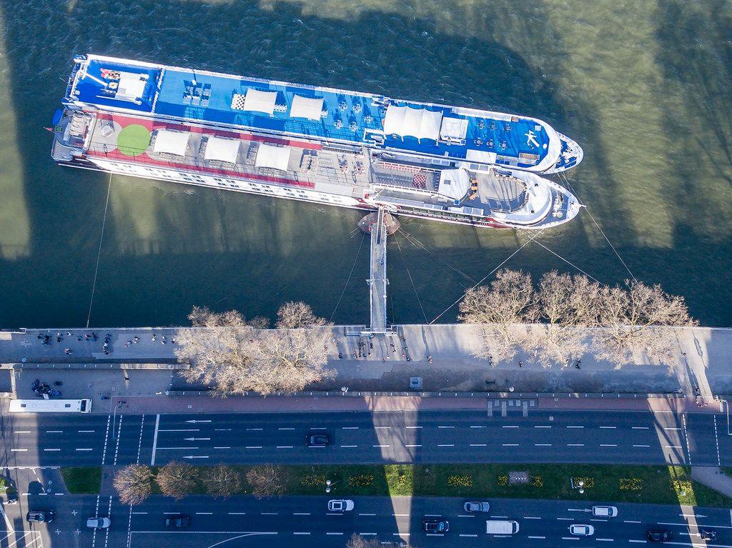 Luftbild: Anlegestelle mit zwei Schiffen am Rhein