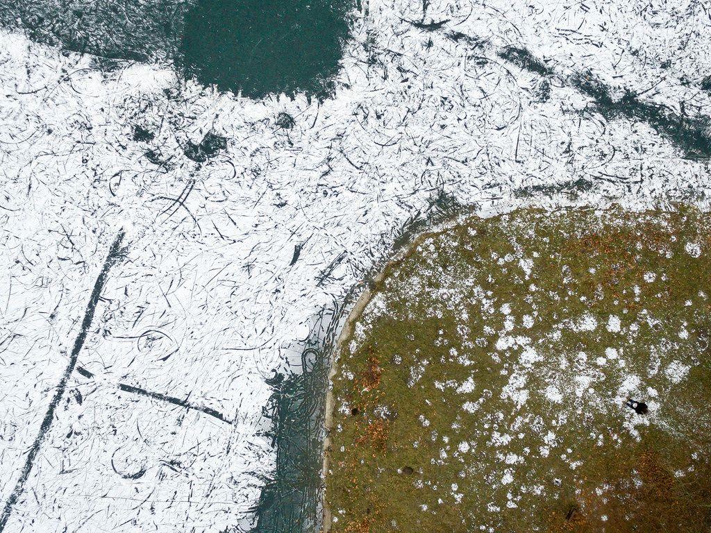 Luftbild: Decksteiner Weiher im Winter von oben
