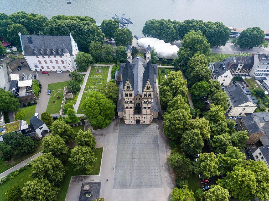 Luftbild der Basilika Sankt Kastor