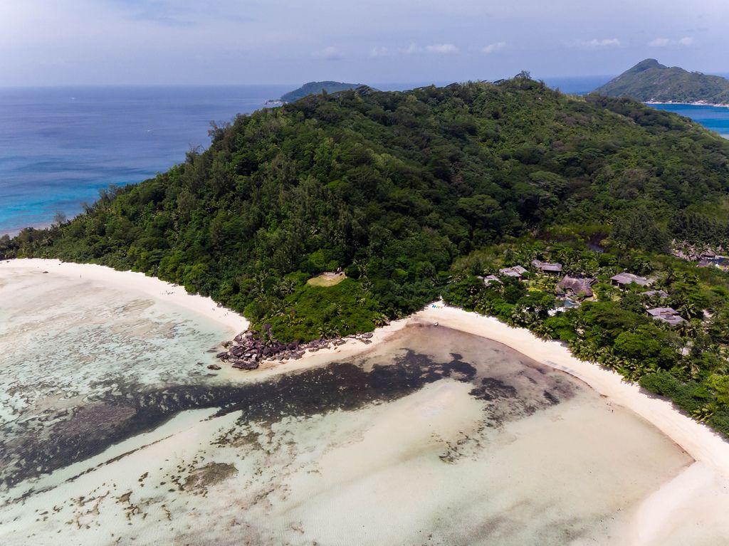 Luftbild der grünen Landzunge am Port Launay Strand neben dem Luxusresort Constance Ephelia auf der Seychellen-Insel Mahé
