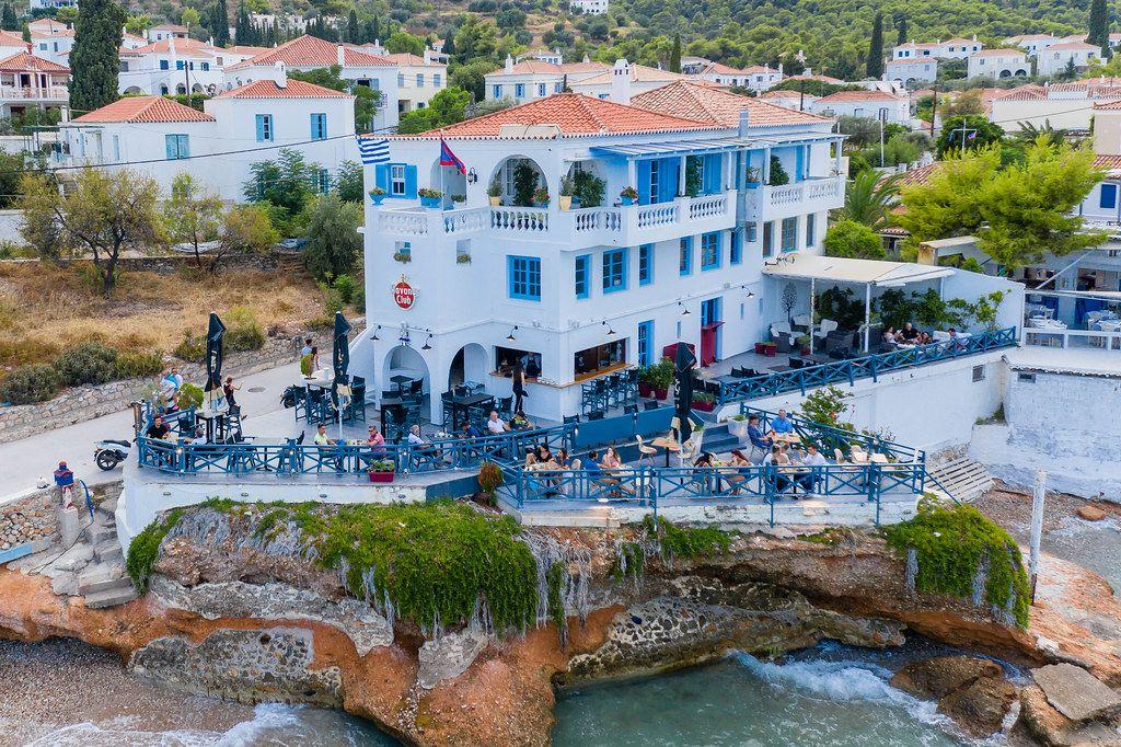 Luftbild des Cielo Mar Restaurants und Havana Clubs mit Veranda und Bar im freien, an einer felsigen Küste der griechischen Insel Spetses