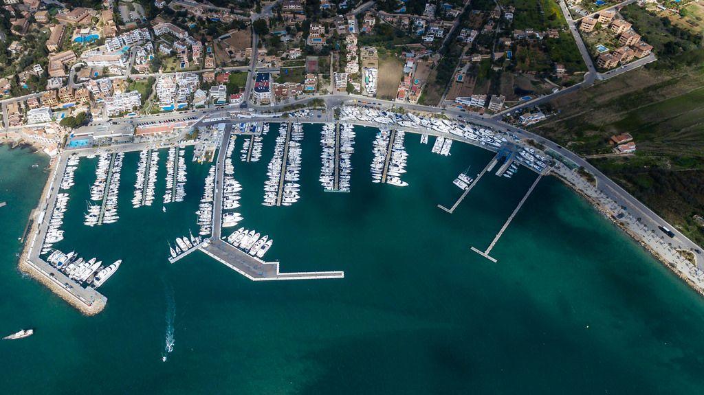 Luftbild des Yachthafens von Puerto de Andraitx, Mallorca