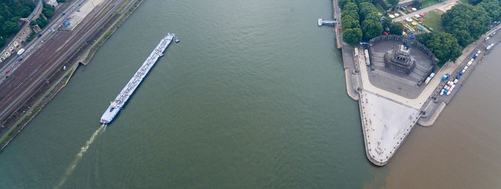 Luftbild eines Binnentankschiffs am Rhein und des Deutschen Ecks mit dem Mahnmal der Deutschen Einheit