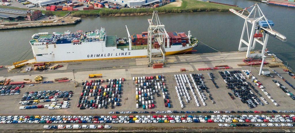 Luftbild: Grimaldi Lines und neue Autos
