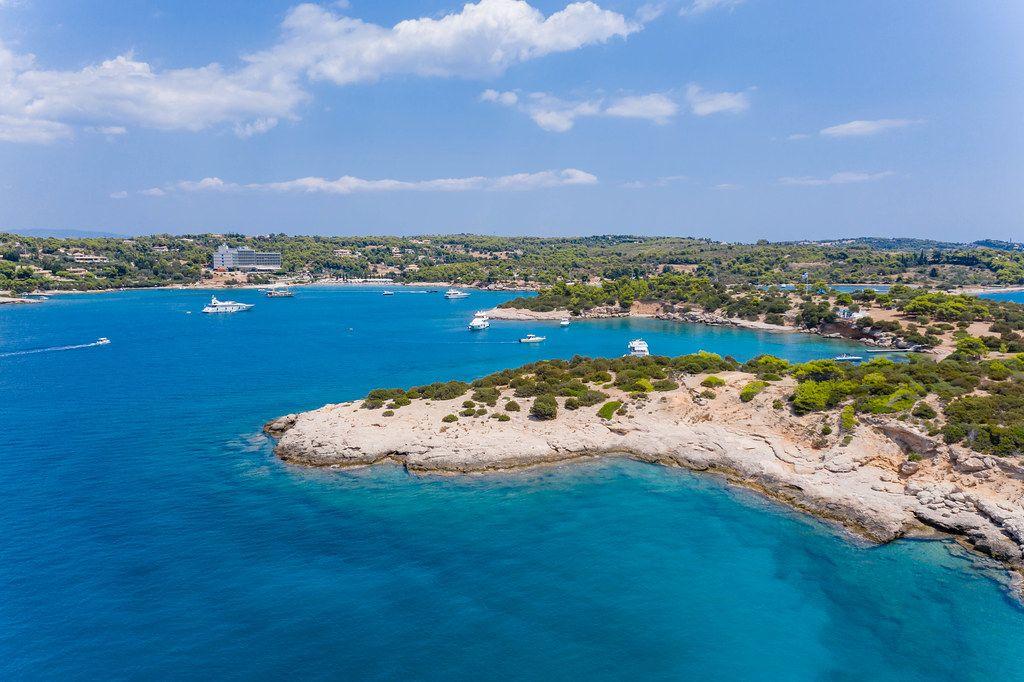 Luftbild mit Blick vom Meer auf die Felseninsel Chenesar und das Aks Hinitsa Bay Hotel in Chinitsa, Griechenland.