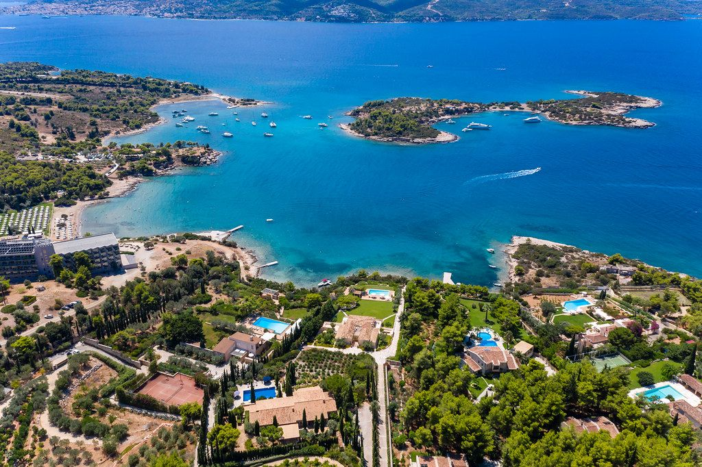 Luftbild mit Blick von Kranidi, Peloponnes, auf die kleine Insel Chenesar, im Myrtoischen Meeres