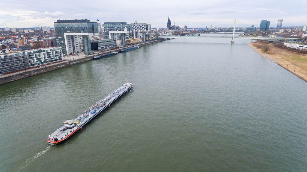 Luftbild: Schiff auf dem Rhein fährt an den Kranhäusern vorbei