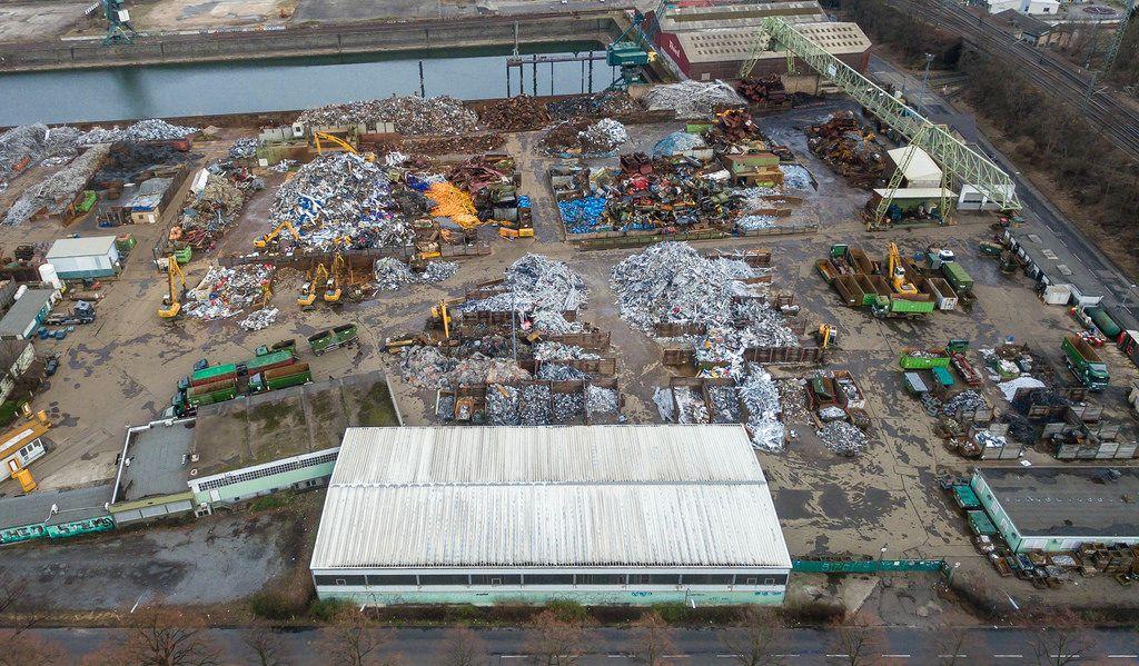 Luftbild: Schrottplatz mit verschiedenen Rohstoffen