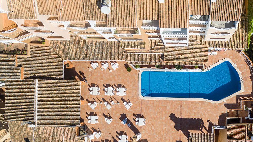 Luftbild von Apartments in der Straße Cala Fornells in Peguera, Mallorca