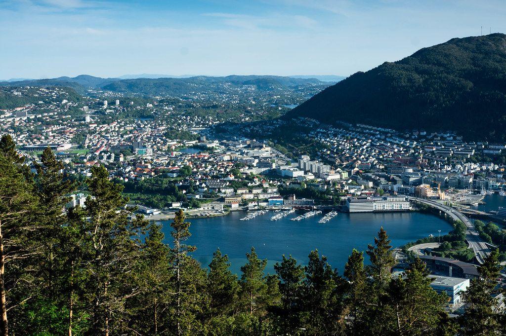 Luftbild von Bergen Norwegen mit der Nordsee und Gebirge