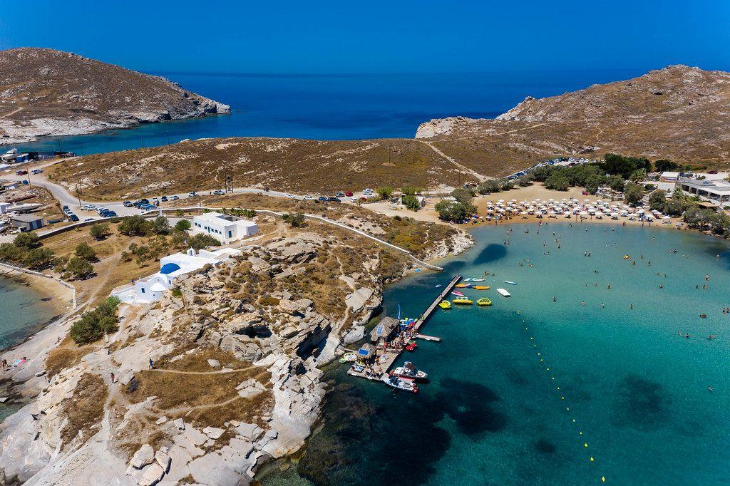 Luftbild von Kolimpithres, Kloster Agios Ioannis Detis, Monastiri-Strand und dem blauen Mittelmeer vor der Urlaubsinsel Paros, Griechenland
