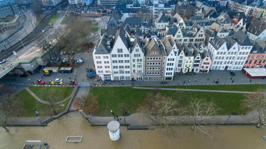 Luftbild von überfluteten Uferflächen bei Pegel Köln