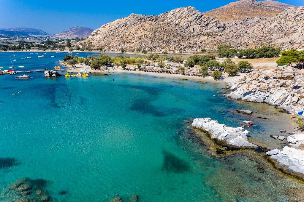 Luftbild zeigt die Felsenküste und den Strandabschnitt von Kolimbithres auf Paros in der Ägäis