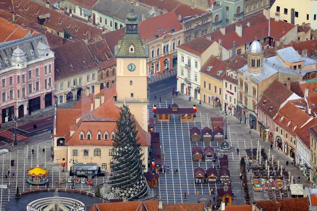 Luftbild zeigt Weihnachtsmarkt auf dem Marktplatz in Brasov, Rumänien